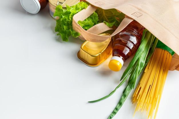 Un sac de nourriture donnée le concept de la livraison des denrées alimentaires nécessaires sur un fond blanc