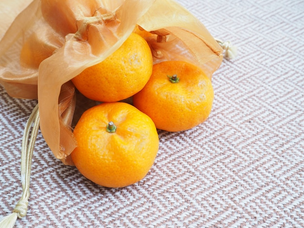 Sac orange en soie dorée