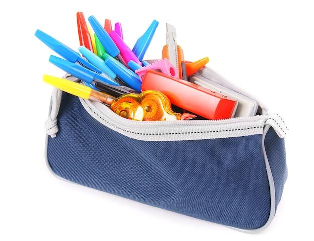 Sac avec des outils scolaires sur un blanc