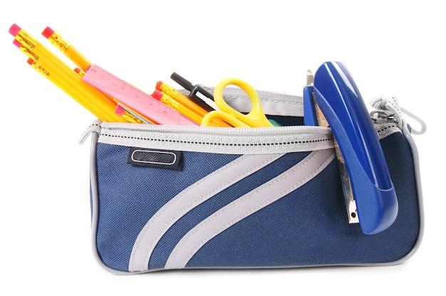 Sac avec des outils scolaires sur fond blanc