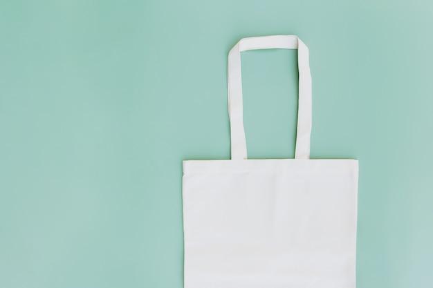 Sac en papier artisanal écologique sur fond vert. maquette de modèle d'emballage. service de livraison, réutilisable