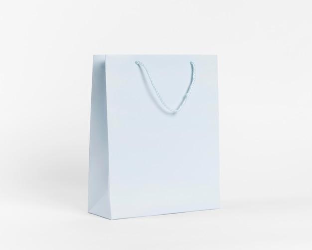 Sac en papier bleu pour faire du shopping
