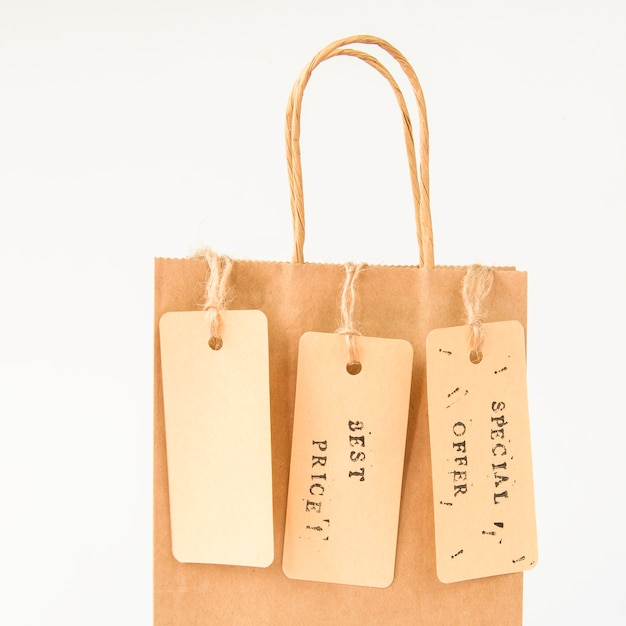 Sac en papier brun avec des étiquettes de vente
