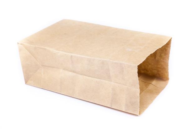 Sac en papier brun sur fond blanc