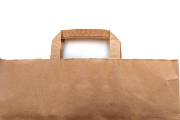 Sac en papier brun pour l'emballage alimentaire sur fond blanc