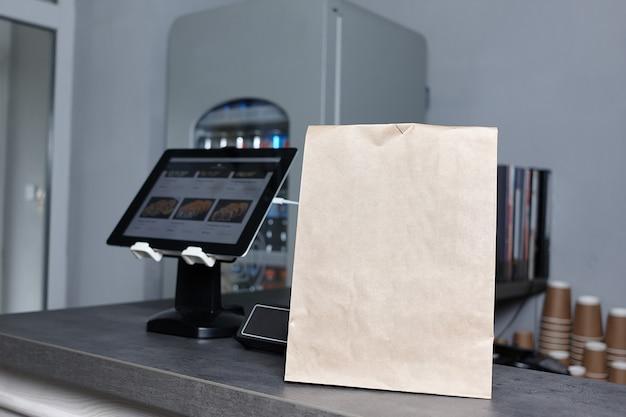 Sac en papier et caisse enregistreuse