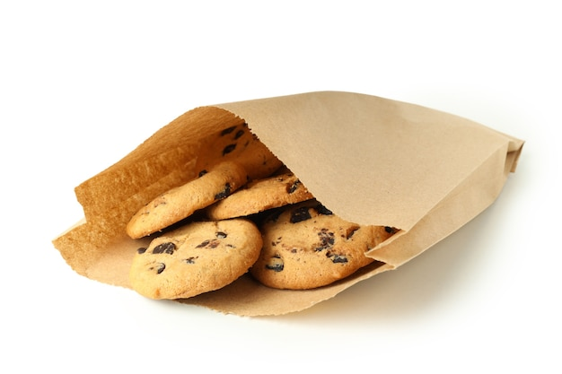 Sac en papier avec des cookies isolé sur fond blanc.
