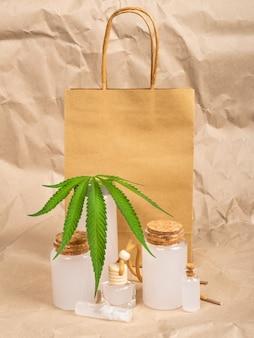 Sac en papier et cosmétiques à base de chanvre, ensemble cosmétique de soins du corps au cannabis.