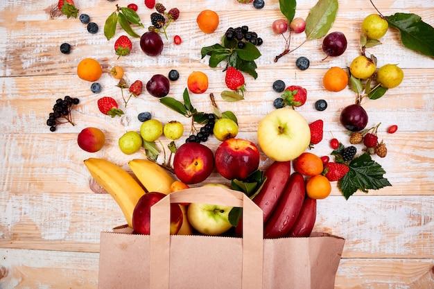 Sac en papier de différents aliments santé fruits