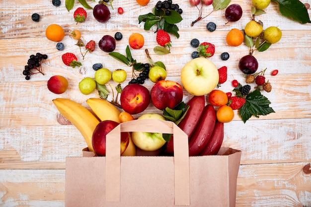 Sac en papier de différents fruits santé