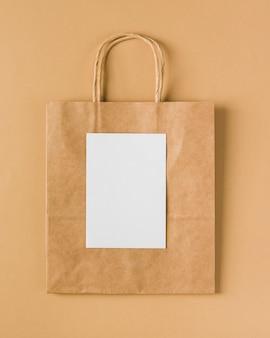 Sac en papier avec du papier vierge