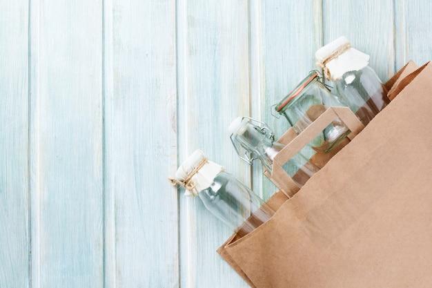Sac en papier écologique et bocal en verre pour des achats en plastique gratuits