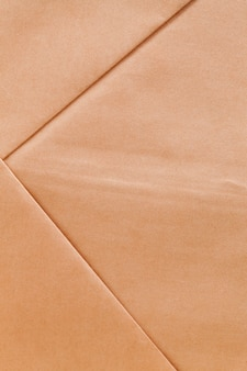 Un sac en papier fait de vieux papiers recyclés, un sac de couleur jaunâtre fait de papier recyclé pour éliminer les dommages environnementaux