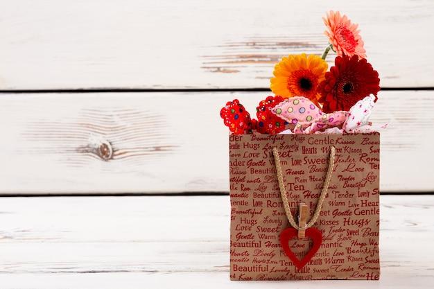 Sac en papier imprimé avec coeur de fleurs avec pince à linge sur le sac comment emballer un cadeau coloré pour ...