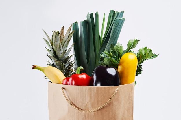 Sac en papier de légumes frais