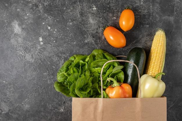 Sac en papier de légumes sains