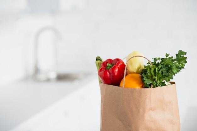 Sac en papier rempli de délicieux légumes