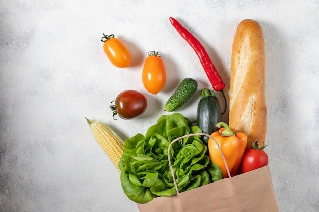 Sac de papier rempli de légumes frais