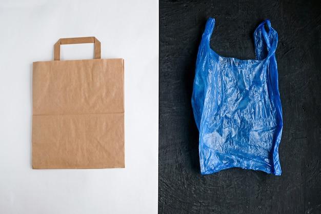 Sac en papier et sac en plastique blanc et noir