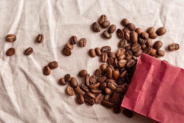 Sac en papier vue de dessus avec des grains de café biologiques
