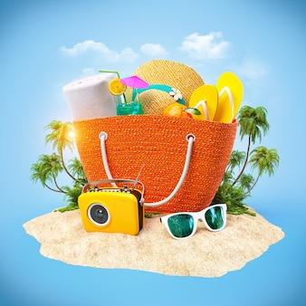 Sac de plage avec chapeau, serviette et autres sur un sable