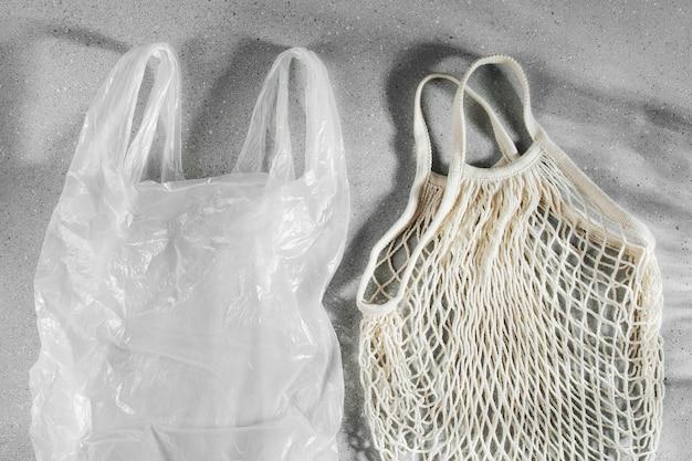 Sac en plastique blanc à usage unique et sac de courses réutilisable. concept zéro déchet. pas de plastique. sacs en filet écologiques.