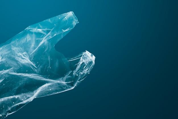 Un sac en plastique de la campagne save the ocean coule dans un remix media océan
