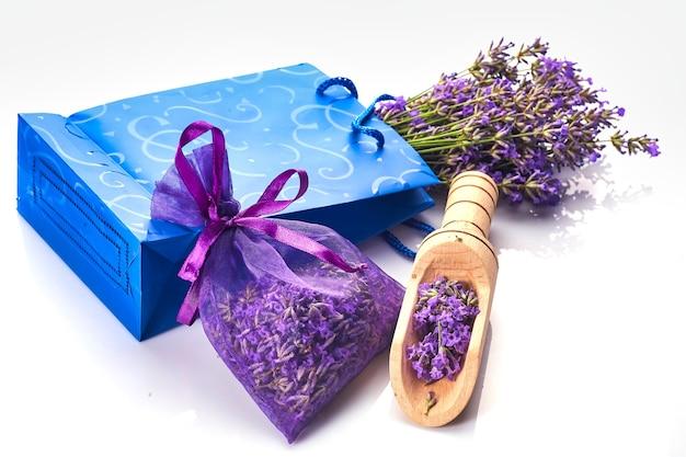 Sac ou pochette parfumée avec des fleurs de lavande sur fond blanc