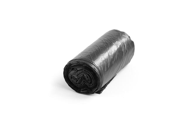 Sac poubelle noir isolé sur surface blanche.