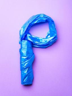 Sac poubelle en plastique sur fond violet