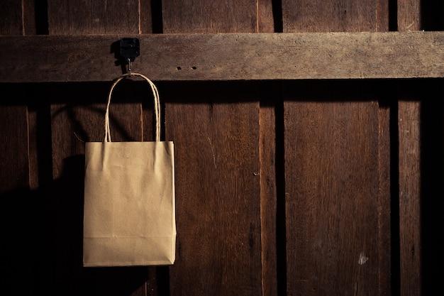 Sac à provisions accroché au mur en bois