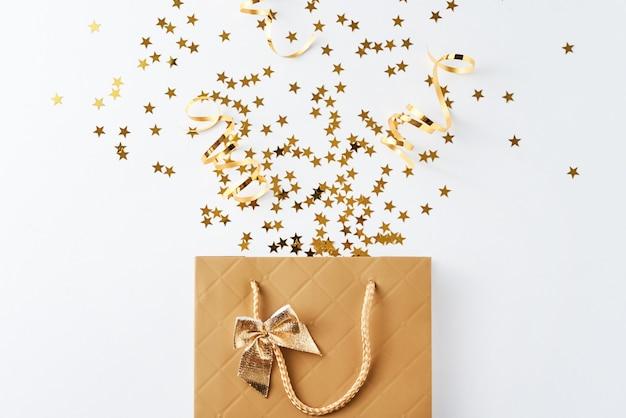 Sac à provisions avec des confettis festifs sur fond blanc