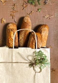 Sac à provisions avec du pain sur le bois