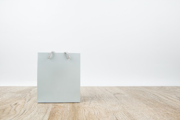 Sac à provisions en papier sur plancher en bois