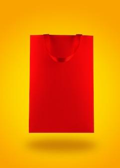 Sac à provisions en papier rouge sur fond jaune