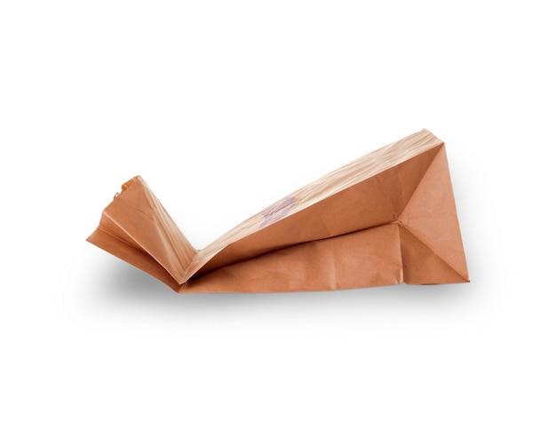 Sac à provisions en papier sculpté sur une surface blanche