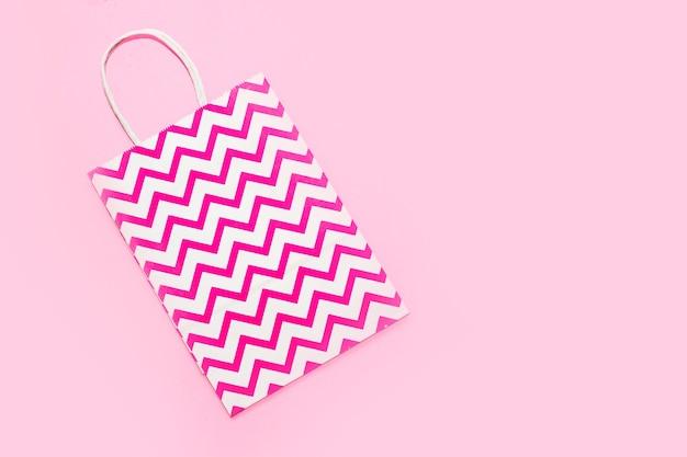 Sac rose en papier d'emballage pour cadeaux et sur fond à la mode.