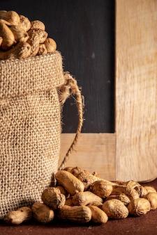 Sac de sac à cacahuète sur marron