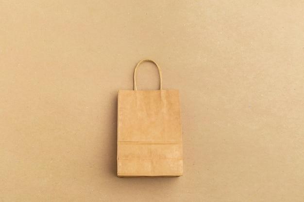 Sac shopping en papier sur fond coloré