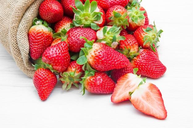 Sac en toile plein de fraise rouge