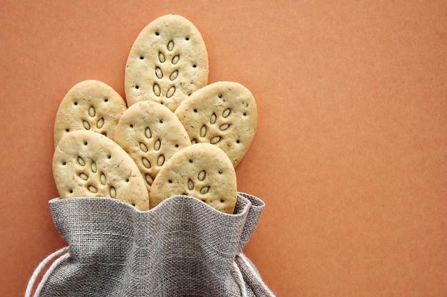 Sac en toile réutilisable et biscuits multigrains.