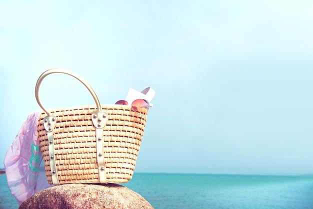 Sac avec tous les objets pour l'été. voyage à la plage et à la mer.
