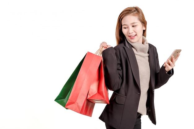 Sac trou femme heureuse et smartphone pour faire du shopping