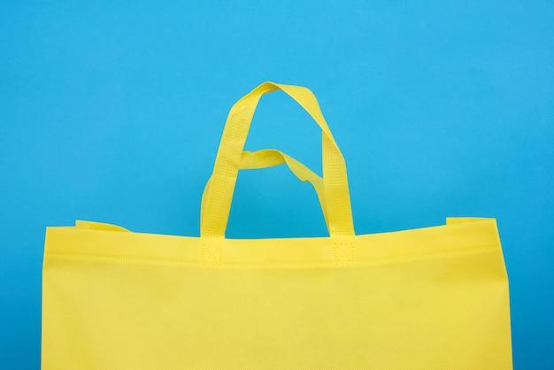 Sac en viscose jaune réutilisable sur fond bleu