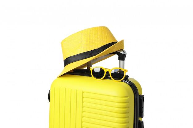 Sac de voyage avec lunettes de soleil et chapeau isolé sur blanc