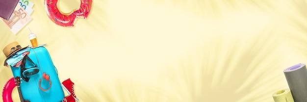Sac de voyage avec tout l'équipement du voyageur, design moderne des flyers. fond jaune avec fond. concept d'été, de fête, de détente, de vacances, de repos. flyer pour proposition, annonce, vente.