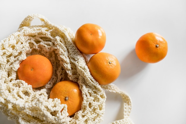 Sac vue de dessus avec arrangement d'oranges
