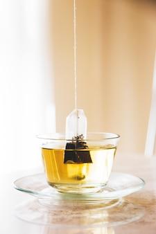 Sachet de thé dans une tasse