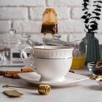 Sachet de thé retiré de la tasse