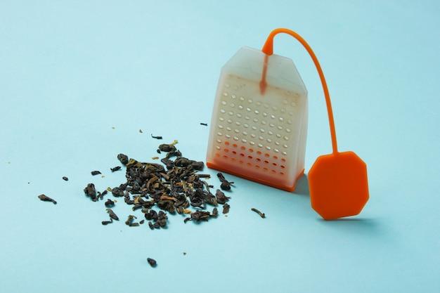 Sachet de thé en silicone sur un gros plan de table bleue